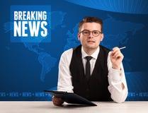 Relatore della televisione nelle ultime notizie impressionanti anteriori con il Mo blu Fotografia Stock