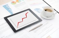 Relatório de negócio do sucesso no ipad da maçã Fotos de Stock