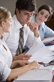 Relatórios de revisão dos trabalhadores de escritório Imagem de Stock