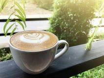 Relax заполняя с специальным кофе искусства Latte стоковое фото rf