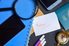Relax написанный на бумаге пасспорт, лупа, компас, Smartphone стоковое изображение rf