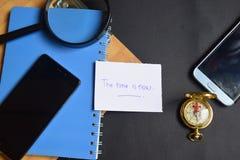 Relax написанный на бумаге пасспорт, лупа, компас, Smartphone стоковые фото