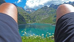 Relax che guarda il lago alpino di estate Alpi italiane Fotografia Stock