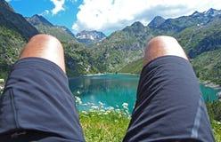 Relax che guarda il lago alpino di estate Alpi italiane Fotografie Stock