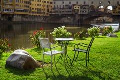 Relax donnant sur le vecchio de ponte Florence Images libres de droits