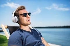 Relax está escuchando la música Fotos de archivo