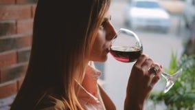 Relax lindar av kafét för rött vin för exponeringsglas för affärskvinnan