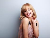 Relax que ríe a la mujer rubia joven con el estilo de pelo corto que mira d Fotografía de archivo libre de regalías