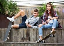 Relaxamento adolescente com telefones celulares Fotografia de Stock