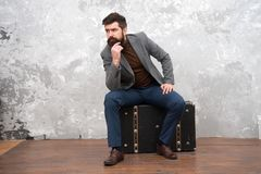Relaxamento ap?s a viagem longa Olhar masculino da forma aventura da viagem de neg?cios homem de negócios na moda com a mala de v foto de stock