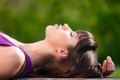 Relaxamento bonito da mulher ao ar livre no banco fotografia de stock