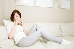 Relaxamento com chá Imagens de Stock Royalty Free