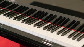 Relaxamento com o instrumento de música do piano fotos de stock royalty free