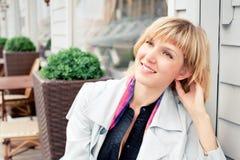 Relaxamento da jovem mulher exterior Imagens de Stock
