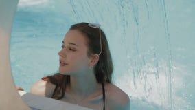 Relaxamento da jovem mulher no biquini em termas do hotel na associação video estoque