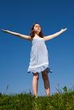 Relaxamento da menina ao ar livre imagens de stock royalty free