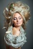 Relaxamento da mulher com penteado. Imagem de Stock Royalty Free