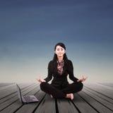 Relaxamento da mulher de negócios exterior Fotos de Stock