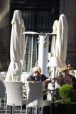 Relaxamento dos povos um terraço da barra no sol Fotos de Stock Royalty Free