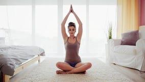 Relaxamento durante a ioga vídeos de arquivo