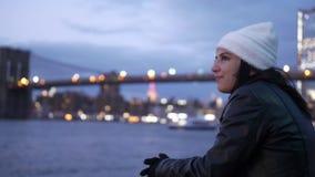 Relaxamento em Hudson River New York com uma vista de nivelamento bonita sobre luzes da cidade de Manhattan filme
