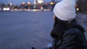 Relaxamento em Hudson River New York com uma vista de nivelamento bonita sobre luzes da cidade de Manhattan vídeos de arquivo