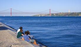 Relaxamento em Tagus River bonito em Lisboa aka Tejo imagens de stock