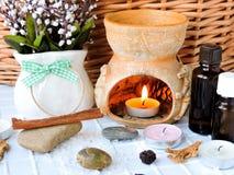 Relaxamento em um banho de sal do mar com velas e aromassage Imagens de Stock