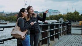 Relaxamento em um cais em Rier Tamisa em Londres filme