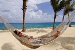 Relaxamento em um Hammock Imagens de Stock