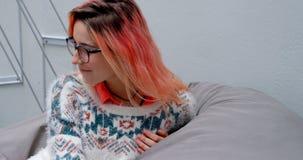 Relaxamento executivo fêmea na poltrona 4k vídeos de arquivo