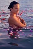 Relaxamento na água com flores Foto de Stock Royalty Free