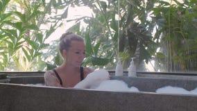 Relaxamento na banheira video estoque