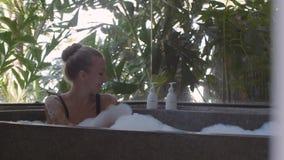 Relaxamento na banheira vídeos de arquivo