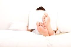 Relaxamento na cama Foto de Stock Royalty Free
