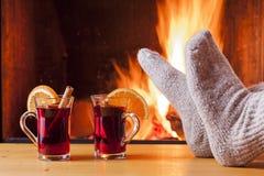Relaxamento na chaminé acolhedor na noite do inverno Fotografia de Stock
