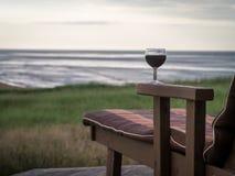 Relaxamento na costa com um vidro do vinho fotografia de stock royalty free