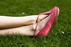 Relaxamento na grama Imagem de Stock Royalty Free