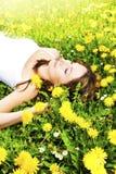 Relaxamento na grama e nas flores Fotos de Stock Royalty Free