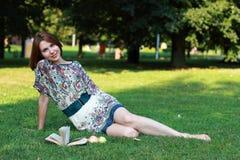 Relaxamento na natureza com livro Fotos de Stock Royalty Free