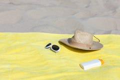 Relaxamento na praia arenosa Imagem de Stock