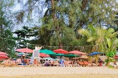 Relaxamento na praia tailandesa do paraíso com árvores de palmas Imagem de Stock