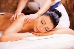 Relaxamento nas mãos de terapeuta experiente Imagem de Stock Royalty Free