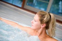 Relaxamento no banho de bolha Fotos de Stock Royalty Free