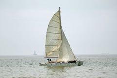 Relaxamento no barco com vela Imagens de Stock