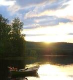 Relaxamento no lago no por do sol Fotos de Stock