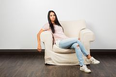 Relaxamento no sofá imagem de stock