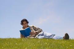 Relaxamento no terreno Fotografia de Stock Royalty Free