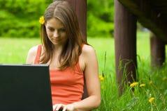 Relaxamento novo da mulher de negócio, trabalhando no portátil c Imagem de Stock