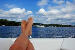 Relaxamento pelo lago Fotos de Stock Royalty Free